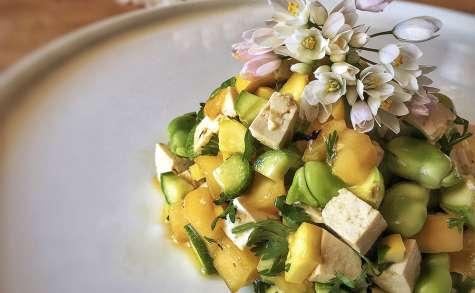 Tartare tofu fumé aux courgettes, mangue et ail des ours