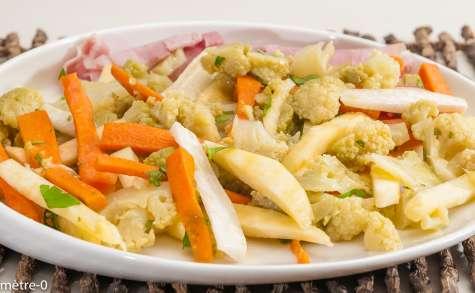 Salade de chou fleur vert et de crudités