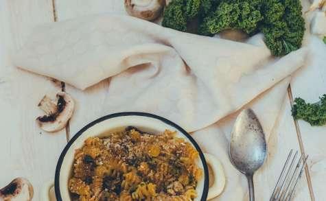 Gratin de pâtes au chou kale et champignons, sauce fromagère à la butternut