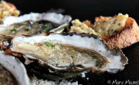 Huîtres, gelée de Champagne et toast au beurre d'algues