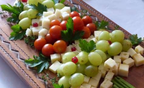 Apéritif rapide et facile pour les fêtes (fromage, raisin, tomate cerise)