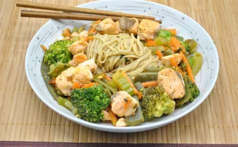 Sauté de nouilles, légumes et saumon