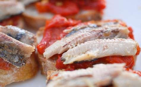 Tartines de sardines et salade de poivrons grillés