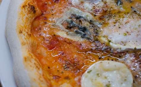 Pizza au chèvre, au bleu et au parmesan