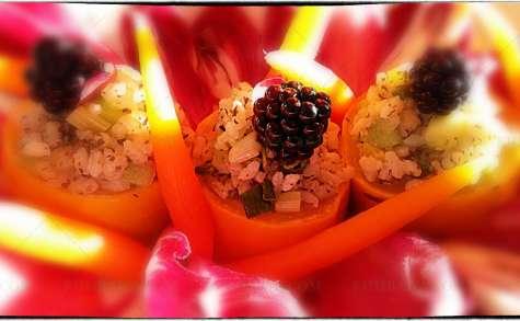 Courgettes farcies au riz sur salade carmine, vinaigrette fruit de la passion