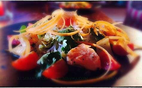 Filet de saumon mi-cuit, salade Thaï au sésame Noir