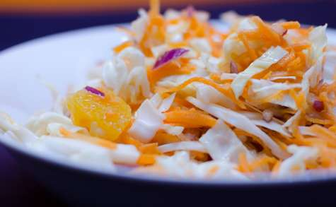 Coleslaw à l'orange et à l'oignon rouge