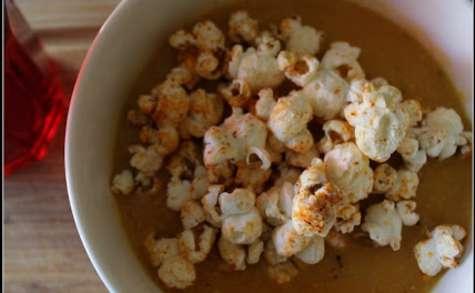 Velouté de butternut au maïs et popcorn pimenté