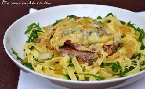 Steak haché gratiné aux oignons, jambon cru et fromage de Chimay, tagliatelle à la roquette
