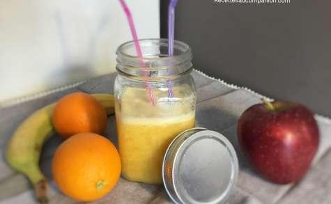 Jus de fruits frais oranges pommes banane à l'extracteur de jus