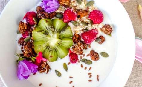 Yaourt au granola, kiwi et framboises