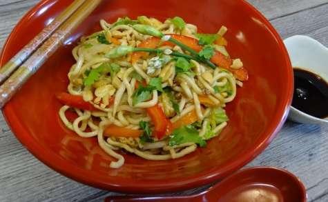 Nouilles chinoises sautées aux légumes et aux oeufs