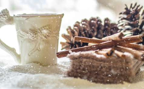 Boisson chaude épicée, à la cannelle, au gingembre et clou de girofle