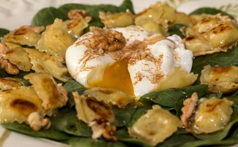 Salade de pousses d'épinards aux ravioles et son oeuf poché