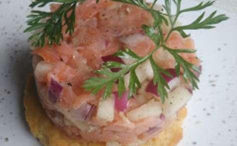 Sablé parmesan orné de son tartare poire saumon oignon