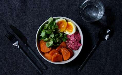 Veggie bowl patate douce, mâche, crème de betterave et oeuf mollet