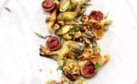Bœuf Tataki, carpaccio de petits violets, pleurotes et noisette