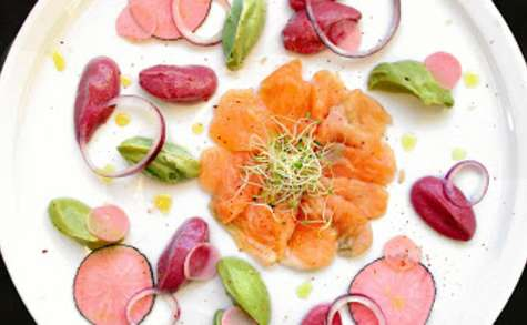 Gravlax de saumon / betterave, avocat & pickles de radis