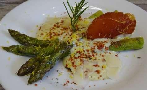 Asperges vertes poêlées, crème d'asperge au Parmigiano Reggiano, croustillant de noix de jambon et romarin