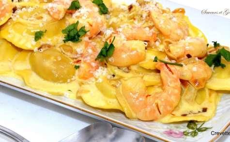 Crevettes safranées et raviolis au potiron et aux petits oignons.