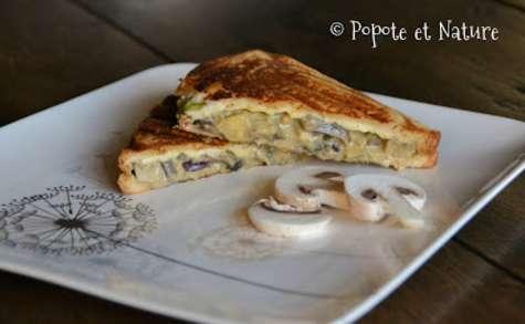 Croque monsieur aux champignons, courgette, oignon rouge et fromage frais