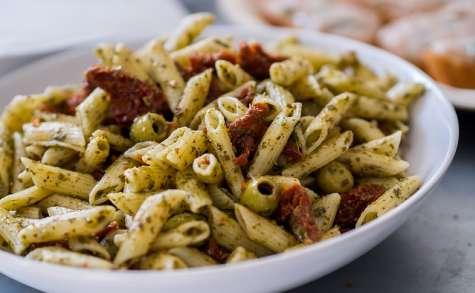 Salade de pâtes aux tomates séchées, aubergine et parmesan, saveurs basilic et ail rose
