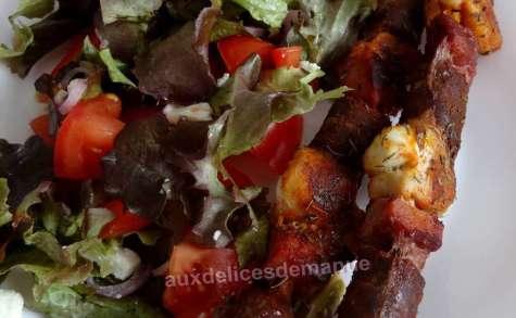 Brochettes de poulet, merguez et poitrine fumée