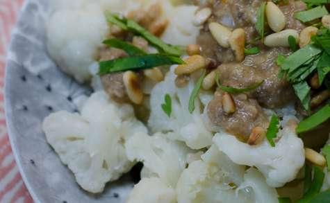 Salade de chou-fleur et sa sauce aux anchois et aux pignons de pin