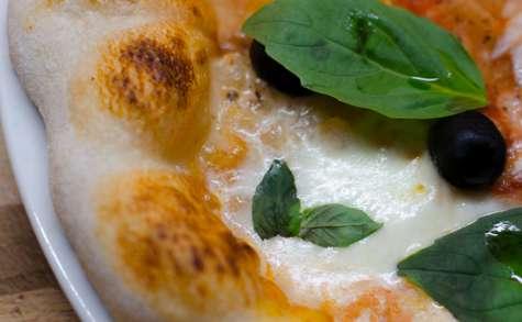 Pizza à l'ail et au basilic