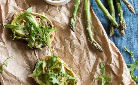 Tartine au houmous et asperges citronées
