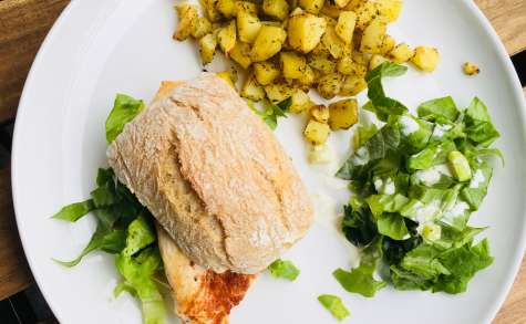Burger ciabatta au poulet épicé et pommes de terre grillées