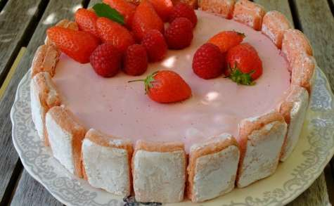 Charlotte mousse aux fruits rouges et biscuits roses