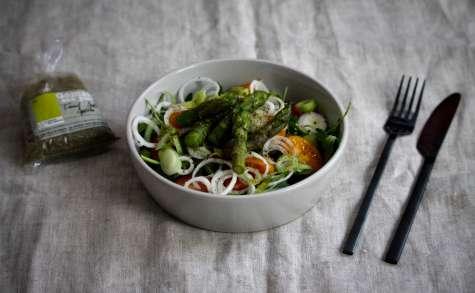 Salade printanière : roquette, tomates cerises, oignons nouveaux, pointes d'asperges vertes et gomasio aux plantes