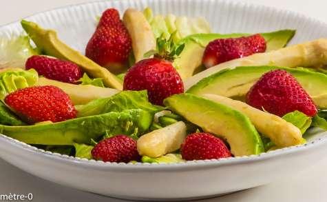 Salade d'asperges aux fraises et à l'avocat