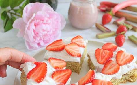 Poke cake rhubarbe et fraises (option vegan)