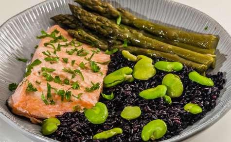 Salade de saumon aux légumes de printemps et riz noir