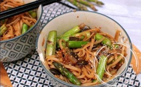 Wok de nouilles sautées aux asperges et pignons de pin
