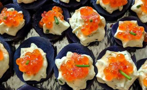 Canapés de vitelottes aux œufs de saumon