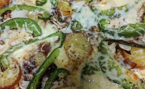 Pizza crème - pommes de terre - oignons crus et cuits - poivron - Saint Nectaire