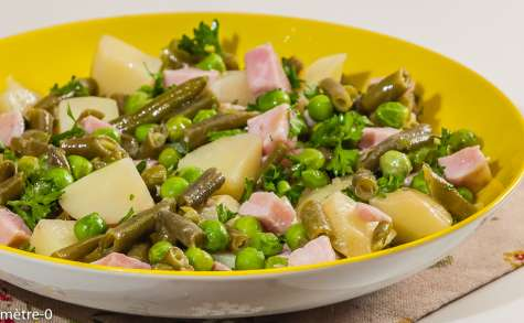 Salade de pomme de terre au jambon, petits pois et haricots