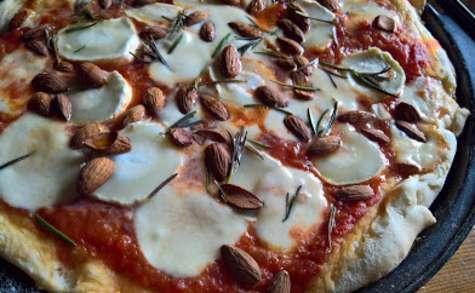 Pizza au chèvre, au miel et aux amandes