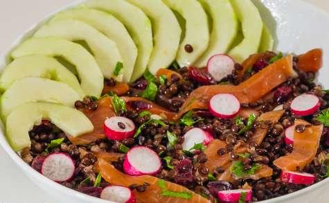 Salade de lentilles beluga au concombre, cranberries et truite fumée