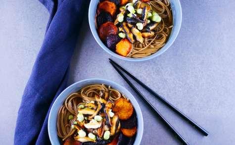 Bouillon miso, nouilles Soba, légumes racines rôtis et shiitakés