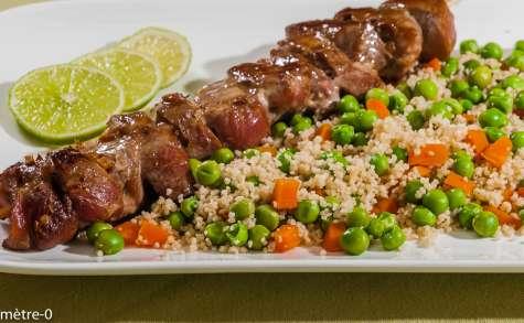Brochettes de filet de porc sauce soja, semoule et légumes nouveaux