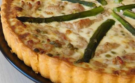 Tarte au thon, petits pois et asperges vertes