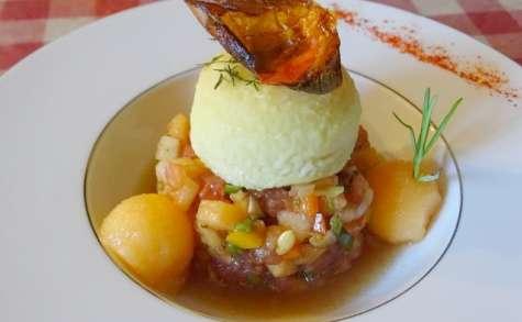 Tartare de tomates, melon, poivrons, piment doux, Chavignol au four au romarin et thym frais, chips de tomate