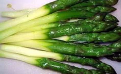 Eplucher et cuire des asperges vertes surgelées