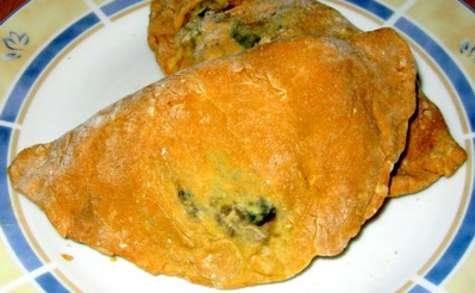 Panzerotti au four au fromage et à la salade rouge