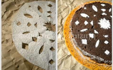 Gâteau chocolat-cannelle avec un décor en sucre glace