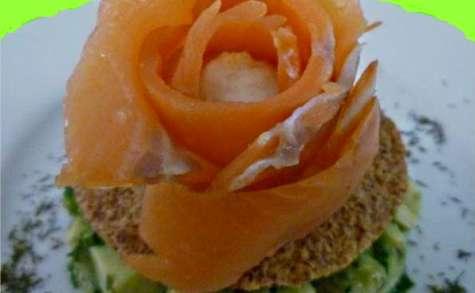 Rose de saumon fumé au coeur de sorbet de citron vert sur lit d'avocat et de concombre